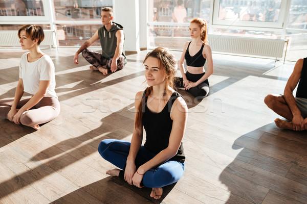 Vista laterale gruppo impegnato yoga piano finestra Foto d'archivio © deandrobot