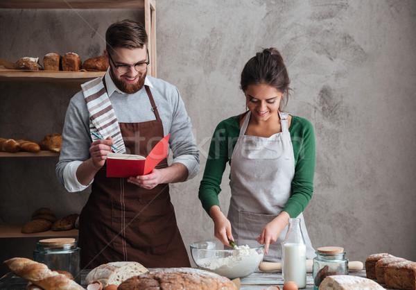 счастливым пару хлеб молодые улыбающаяся женщина Сток-фото © deandrobot