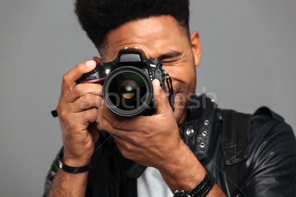 Primo piano foto concentrato afro americano uomo Foto d'archivio © deandrobot