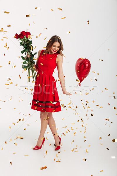 Stok fotoğraf: Tam · uzunlukta · portre · gülen · genç · kadın · kırmızı · elbise