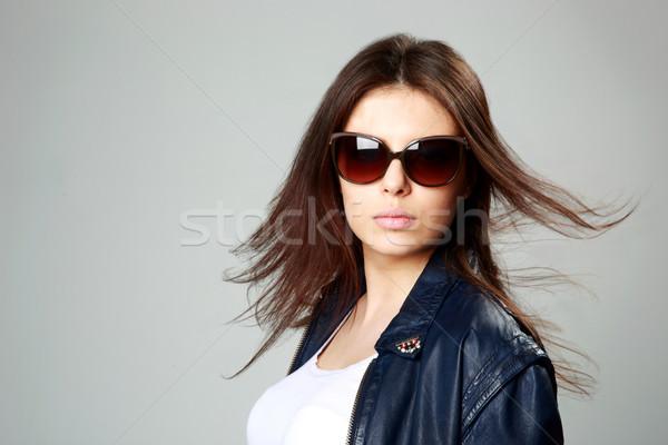 Jovem modelo jaqueta de couro óculos de sol cinza Foto stock © deandrobot