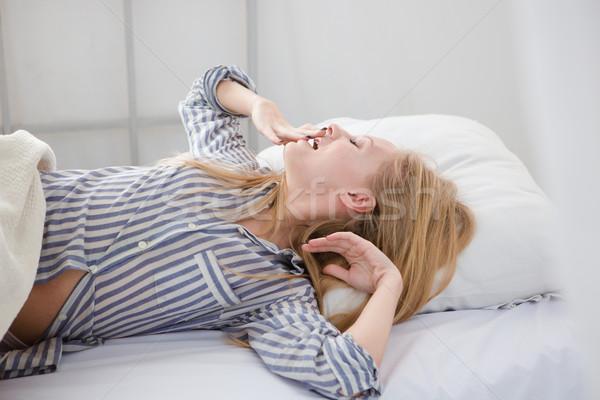 Jovem mulher bonita cama bastante Foto stock © deandrobot