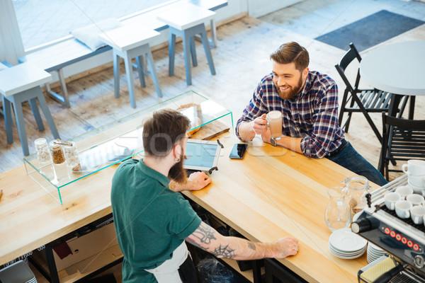 Man drinken koffie cafetaria praten barista Stockfoto © deandrobot