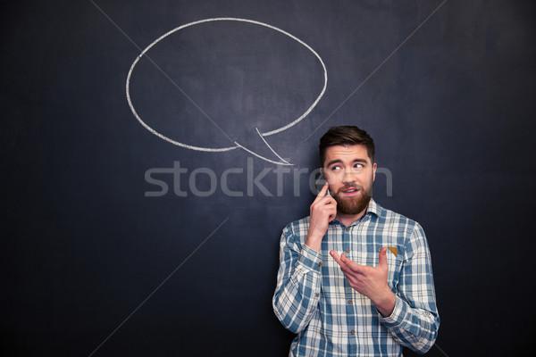 Homem falante telefone móvel quadro-negro balão de fala feliz Foto stock © deandrobot