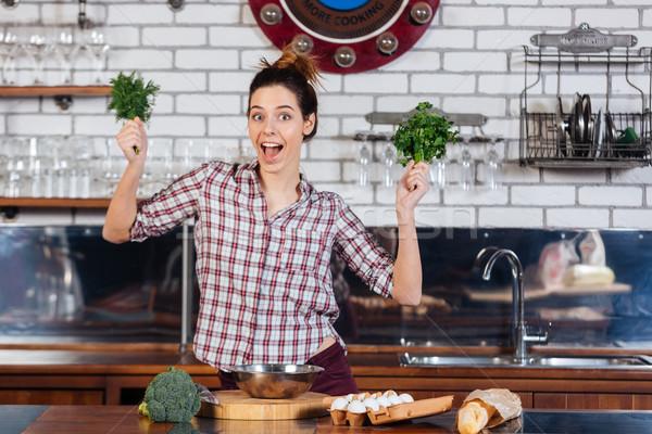 Vrouw peterselie keuken mooie jonge vrouw Stockfoto © deandrobot