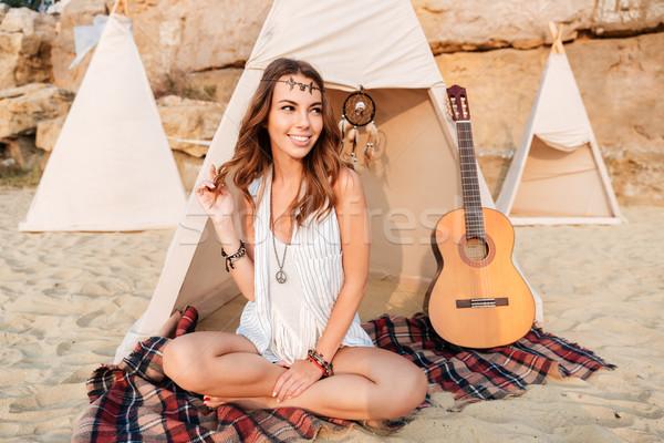 Glimlachend mooie hippie meisje strand Stockfoto © deandrobot