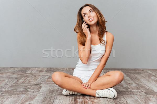 Сток-фото: довольно · улыбаясь · девушки · говорить · смартфон · портрет
