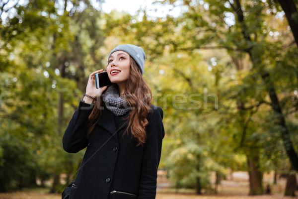 Mädchen Telefon Kleidung Mantel Stadt Stock foto © deandrobot