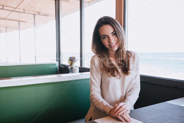 Nő randevú kávézó ül asztal tenger Stock fotó © deandrobot
