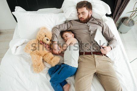 Jongen slapen bed bebaarde vader speelgoed Stockfoto © deandrobot