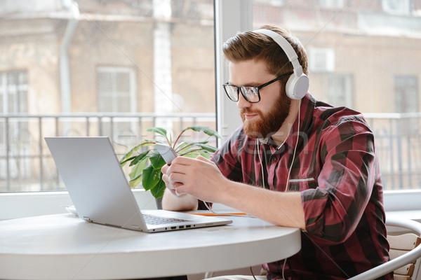 Jonge man luisteren muziek foto geconcentreerde Stockfoto © deandrobot