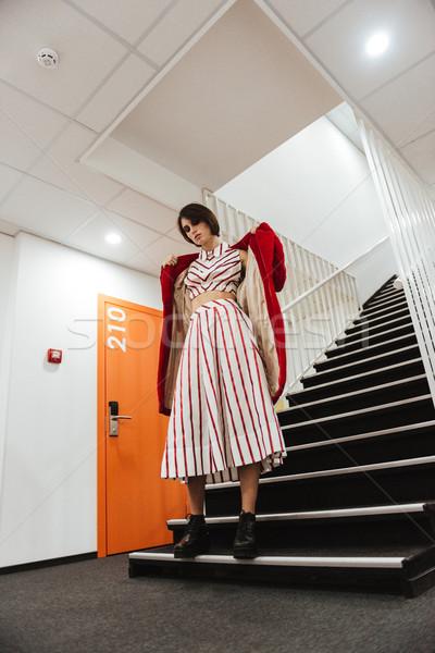 Bella rosso cappotto piedi scale Foto d'archivio © deandrobot
