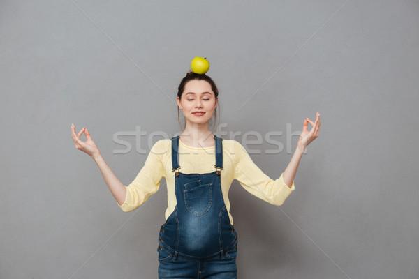 беременна медитации женщину яблоко голову фото Сток-фото © deandrobot