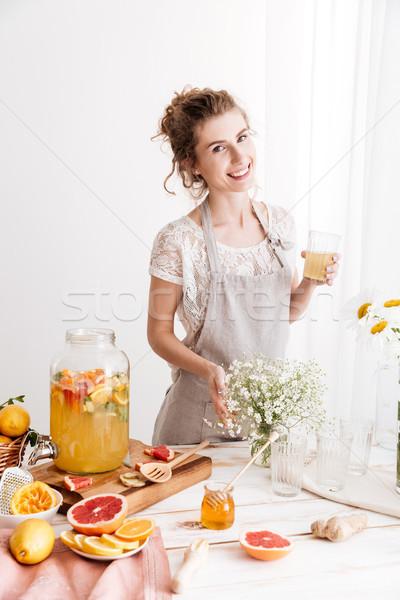 Heureux femme permanent potable Photo stock © deandrobot