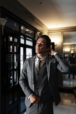 W średnim wieku biznesmen garnitur stałego lobby Zdjęcia stock © deandrobot