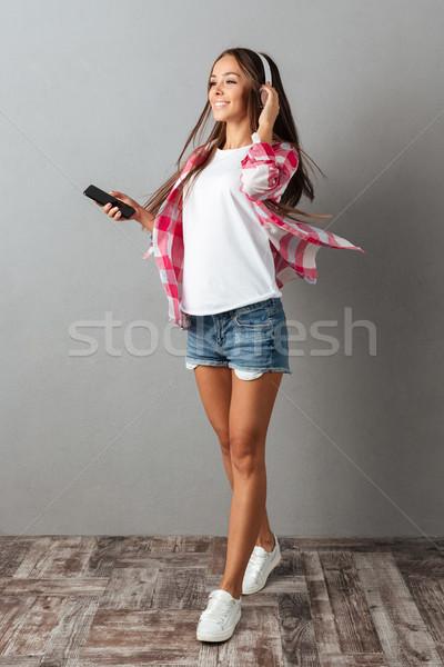 肖像 笑みを浮かべて ブルネット 少女 長髪 リスニング ストックフォト © deandrobot