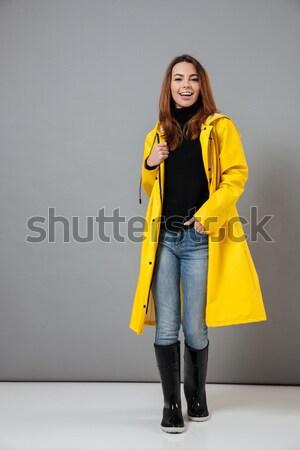 Zadowolony brunetka kobieta sweter stwarzające patrząc Zdjęcia stock © deandrobot