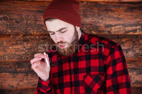 Man roken sigaret houten achtergrond rook Stockfoto © deandrobot