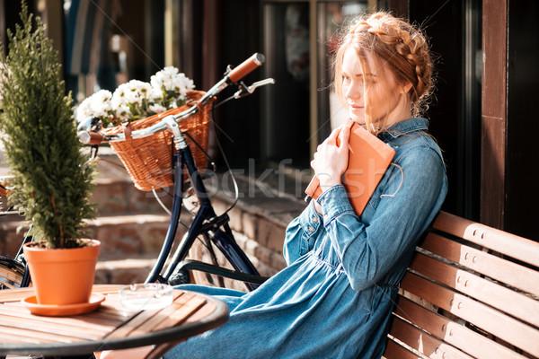 Figyelmes nő könyv álmodik kint aranyos Stock fotó © deandrobot