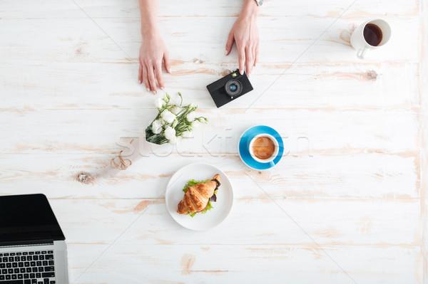 Femminile mani fotocamera legno desk Foto d'archivio © deandrobot