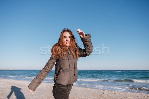 Feliz mujer caliente chaqueta fecha mar Foto stock © deandrobot