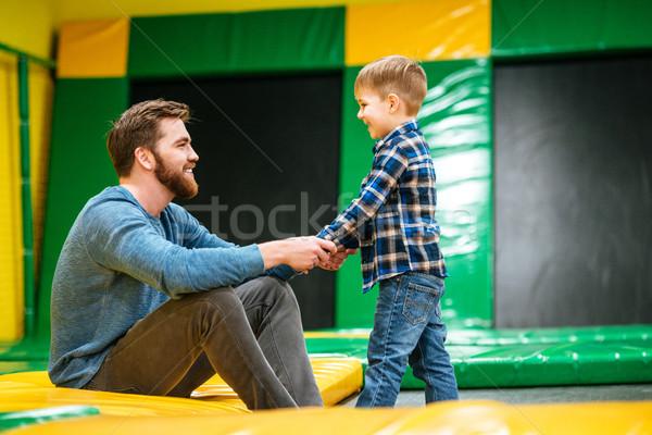 Padre giocare piccolo figlio parco di divertimenti Foto d'archivio © deandrobot
