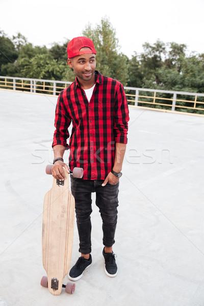 Jóvenes oscuro tipo skateboard Foto Foto stock © deandrobot