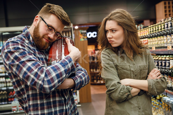 Człowiek piwa niezadowolony kobieta supermarket Zdjęcia stock © deandrobot