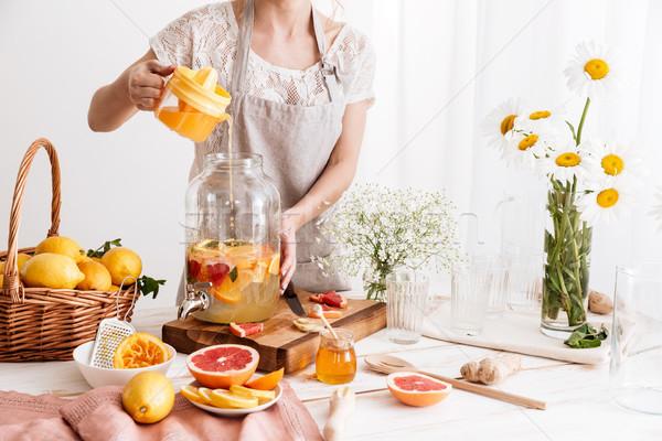 Incroyable concentré femme cuisson Photo stock © deandrobot