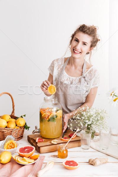 Gelukkig vrouw permanente binnenshuis koken citrus Stockfoto © deandrobot