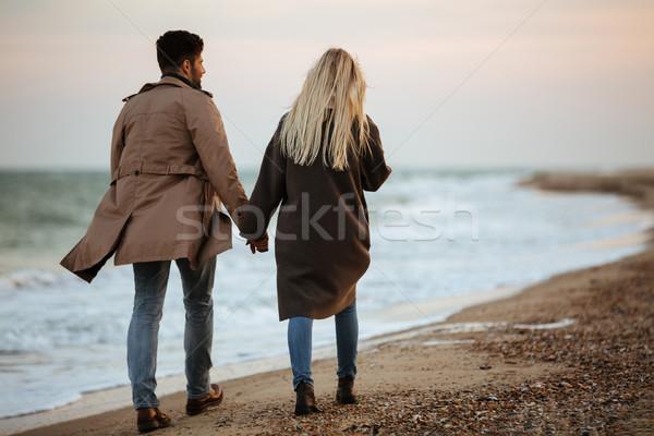 Ver de volta casal de mãos dadas caminhada praia menina Foto stock © deandrobot