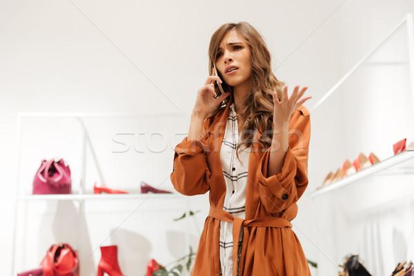 Porträt verärgert Frau sprechen Handy stehen Stock foto © deandrobot