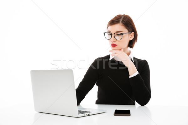 Zagęszczony młodych działalności pani za pomocą laptopa komputera Zdjęcia stock © deandrobot