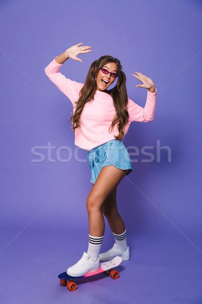 Porträt Mädchen glücklich Sweatshirt posiert Skateboard Stock foto © deandrobot