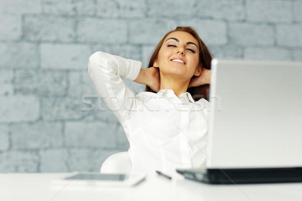 Jóvenes feliz mujer de negocios lugar de trabajo negocios Foto stock © deandrobot