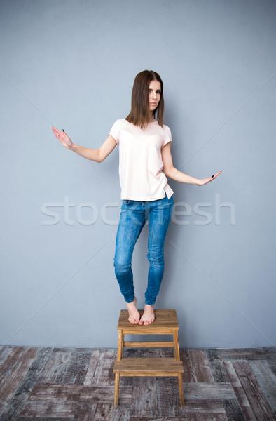 Młoda kobieta taniec krzesło kobieta moda piękna Zdjęcia stock © deandrobot