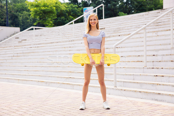 женщины подростку Постоянный скейтборде счастливым улице Сток-фото © deandrobot