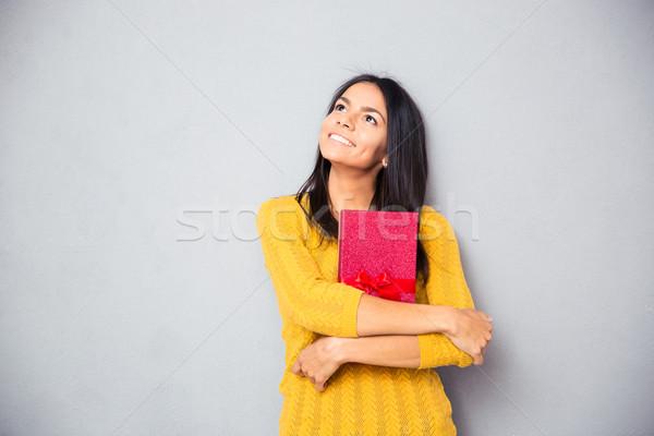 Nő tart ajándék doboz felfelé néz boldog figyelmes Stock fotó © deandrobot