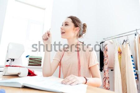 Sorridente mulher atraente pintor pintura lona Foto stock © deandrobot