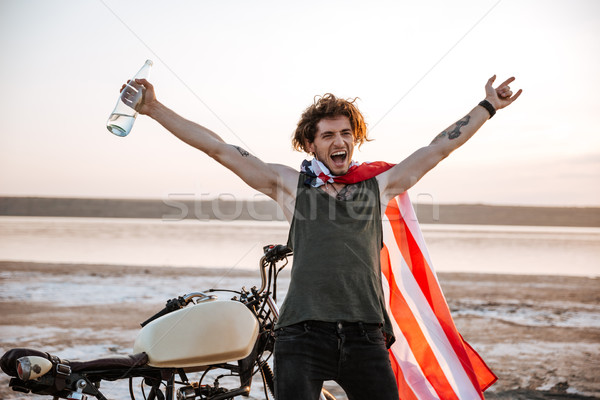 Man Amerikaanse vlag handen omhoog lucht glimlachend brutaal Stockfoto © deandrobot