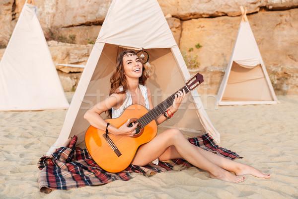 Feliz hippie menina jogar guitarra sessão Foto stock © deandrobot