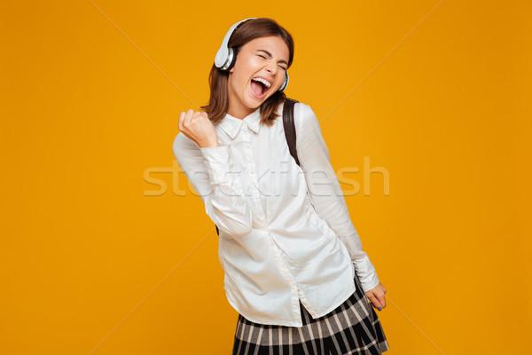 Portret vrolijk schoolmeisje uniform hoofdtelefoon Stockfoto © deandrobot