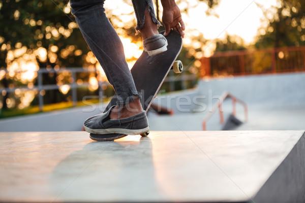 Közelkép fiatal férfi gördeszkás képzés korcsolya Stock fotó © deandrobot