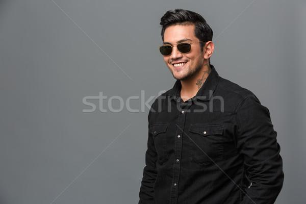 Foto stock: Feliz · jovem · homem · bonito · óculos · de · sol · imagem