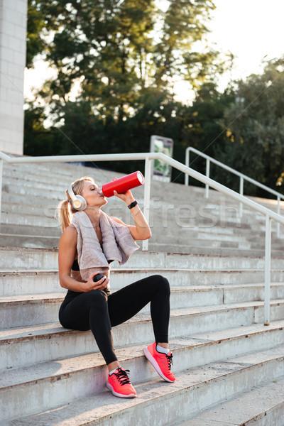 красивой сильный молодые спортивных женщину питьевая вода Сток-фото © deandrobot