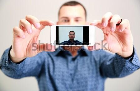 Stockfoto: Portret · man · focus · smartphone · gezicht