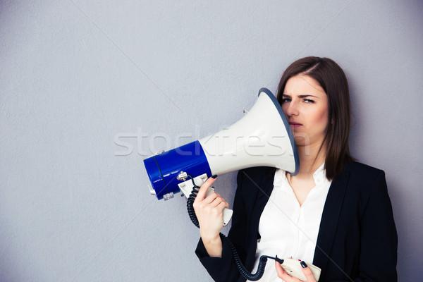 Jovem empresária pontos megafone escritório tecnologia Foto stock © deandrobot