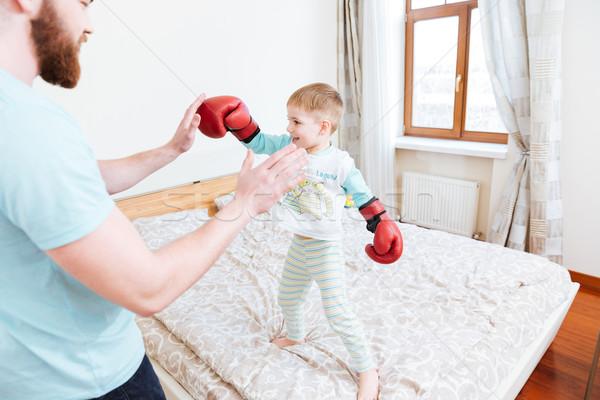 Pequeno menino luvas de boxe jogar pai sorridente Foto stock © deandrobot