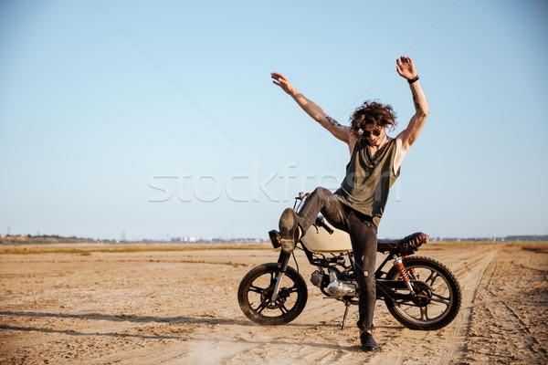 Homem poeira em pé motocicleta deserto Foto stock © deandrobot