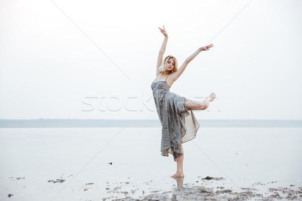 Wdzięczny młoda kobieta taniec odkryty jezioro długo Zdjęcia stock © deandrobot
